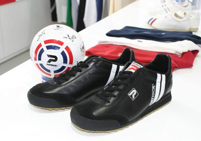 フランス製モデル「リバプール・トレーナーFr.」と先着100人にプレゼントするミニサッカーボール(非売品)