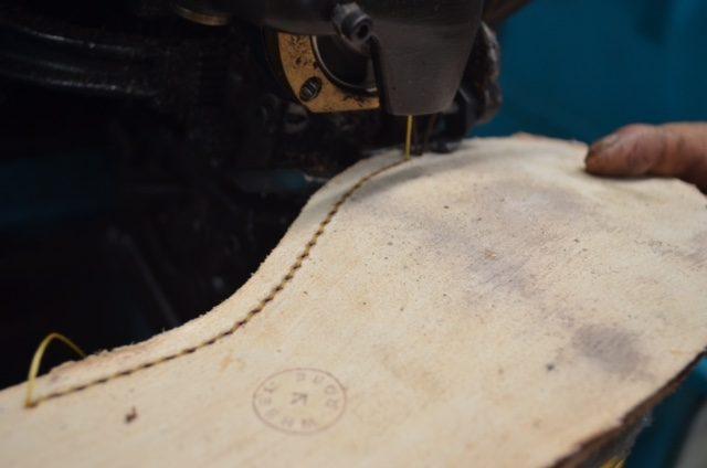 熟練した職人の手によって1足1足丁寧に作られている