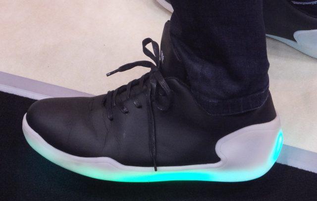 モーションセンサーにより空中で足を動かすと光り方が変化する
